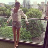 """13. Mai 2014: """"Düsseldorf"""" postet die 24-Jährige auf Instagram und präsentiert sich im klassisch eleganten Look mit ihrem Lieblingskleidungsstück, der Bluse, und einer hochgeschnittenen Shorts kombiniert zu beigen High Heels."""