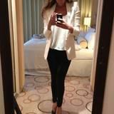 24. Januar 2013: Im seriösen Business-Look überzeugt die schöne Sängerin mit schwarzer Hose, weißem Shirt und einem weißen Blazer zu Lack-High-Heels.