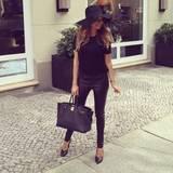 """19. April 2014: Auf Instagram klärt sie das Rätsel auf, wo sie ihre Kleidung kauft. Ihr Look: Zur teuren Hermès-Tasche mixt Mandy Kleidung von Modeketten wie COS, H&M und andotherstories. Nicht nur während der """"Let's Dance"""" Show munkelte man oft, auch aktuell wird wieder heiß diskutiert, ob die 24-Jährige J.Lo's Look klaut. Wir finden: Ein tolles Outfit, Mandy!"""