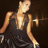 Es geht noch tiefer: Mandy Capristo in einem tief ausgeschnittenen Abendkleid mit durchsichtigem Oberteil.