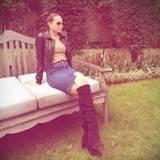 Fashion-Looks: So sieht der legere Look von Mandy aus: Jenasrock und schwarze Stiefle. Dazu hat sie ihre Haare streng nach hinten gesteckt.