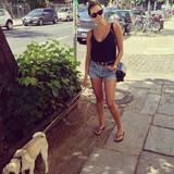 02. August 2013: Ob auf dem Red Carpet, zum Dinner oder beim Bummel durch Berlin: Mandy Capristo ist sogar beim Spaziergang mit ihren geliebten Möpsen Balboa & Capone topgestylt.