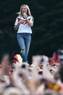 """15. Juli 2014: """"Atemlos durch die Nacht"""" war der Lieblingssong der deutschen Nationalmannschaft bei der WM 2014 in Brasilien. Klar, dass Helene Fischer bei der WM-Party in Berlin nicht fehlen durfte."""
