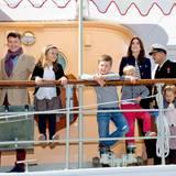 Prinz Frederik und Prinzessin Mary brechen mit ihren Kindern zu einer Rundreise nach Grönland auf. Es geht an Bord der königlichen Jacht Dannebrog.