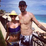 """Mexican Feeling: """"Big Bang Theory""""-Star Kaley Cuoco zeigt sich mit rüschigem Bikinioberteil und passendem zitronengelbem Sonnenhut. Ihr Mann Ryan Sweeting trägt neben seinen Tattoos einen Badeshort mit Fotoprint."""