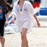 Simpel und effektiv - so liebt es Jungstar Chloe Moretz am Strand. Als Schutz der hellen Haut hat sie ein weites, weißes Leinenhemd über den Bikini geworfen. Durch die Flechtfrisur bleiben im Gesicht auch keine Haarsträhnen an der Sonnencreme kleben.
