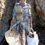 """Pamela Anderson kann auch stylish! Ein riesengroßes Tuch verhüllt elegant ihren weißen Bikini, der durchschimmert. Alle Accessoires hat das ehemalige """"Baywatch""""-Girl in Weiß und Naturtönen gewählt."""