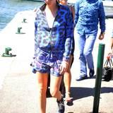 Cara Delevingne kann nicht anders als hinreißend auszusehen. Den flatterigen Blouson mit den Shorts in kobaltblauem Animalprint kombiniert sie wieder mit Sneakers und farblich abgestimmter Sonnenbrille.