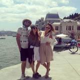 An der türkischen Küste ist es heiß und Jessica Alba lässt es mit ganz lockeren, hellen Jersey-Teilen stylish ganz lässig angehen.