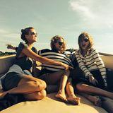 Taylor Swift hat mit ihren Freundinnen Karlie Kloss und Amandy Griffith super viel Spaß im maritimen Look bei ihrer sommerlichen Bootstour.