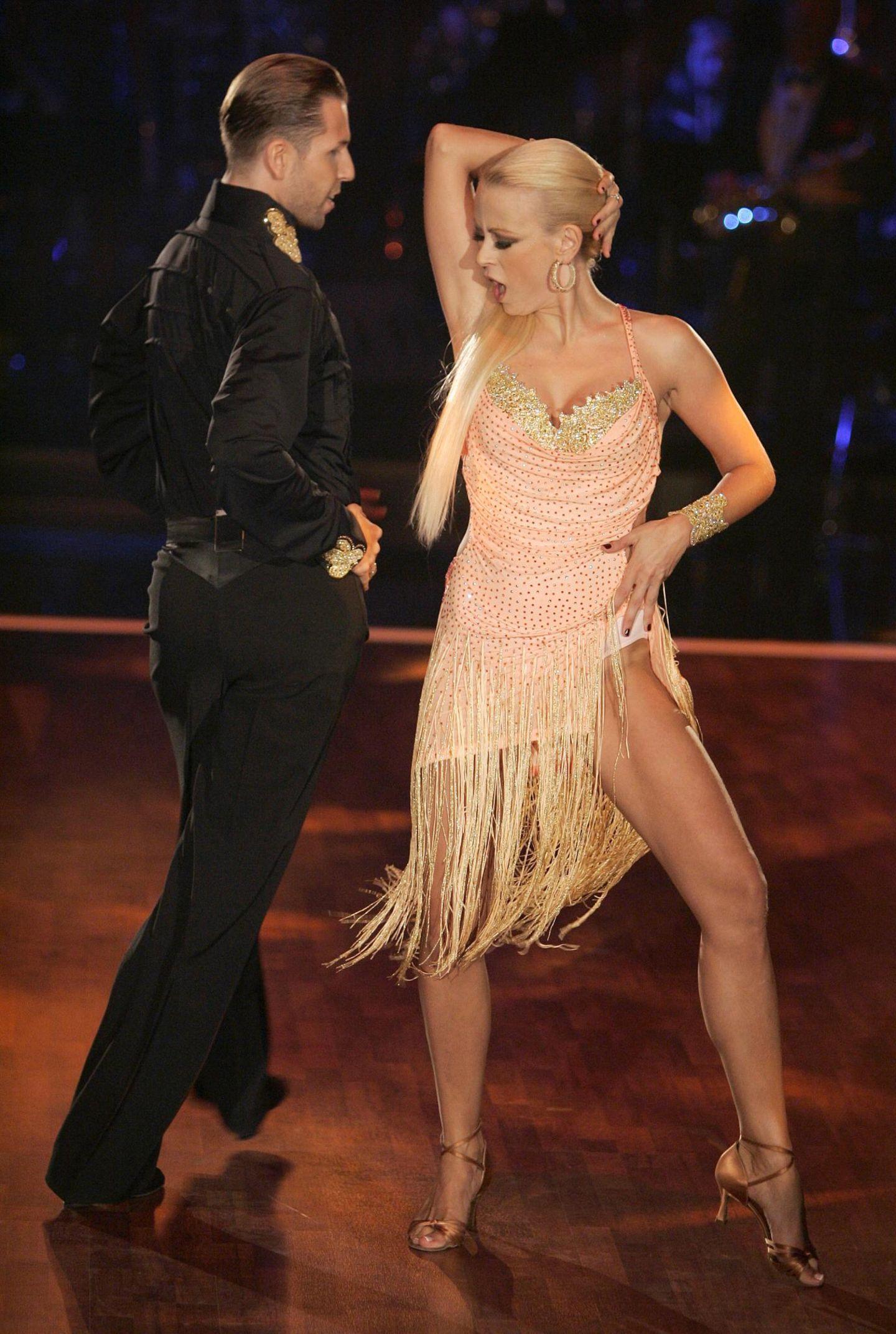 """Mai 2007  Die Schauspielerin Jenny Elvers und Tänzer Sascha Karabey nehmen an der ersten Runde der RTL-Show """"Let's Dance"""" teil. Die beiden konnten am Ende nicht genügend Punkte sammeln und mussten die Show verlassen."""