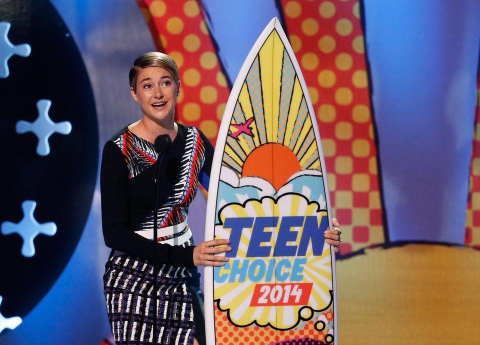 """Shailene Woodley und ihr Co-Star Ansel Elgort gewinnen unter anderem den Preis für den besten Kuss in """"Das Schicksal ist ein mieser Verräter"""". Ihre Rolle in """"Die Bestimmung - Divergent"""" bringt ihr außerdem das Surfbrett als beste Schauspielerin in einem Actionfilm."""