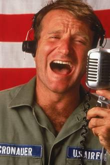 """1987: """"Good Morning, Vietnam"""" ist ein Spielfilm über den US-amerikanischen Radiomoderator Adrian Cronauer (Robin Williams) in Saigon während des Vietnamkriegs."""
