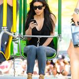 Wahre Fashionistas tragen ihre High Heels überall. So auch Reality-Star Kim Kardashian, wie hier auf einem Ketten-Karussel im lässigen, coolen Look.