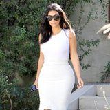 Mit diesem Outfit spielt TV-Reality-Star Kim Kardashian mit hellen Tönen und setzt auf cleanen Understatement. Zu ihrem Ensemble bestehend aus einem schlichtem, weißen Top und cremefarbenden Tweed-Rock stylt die Fashionista beige Spitzen-Heels und führt somit ein aufregendes Outfit in Hollywood aus.