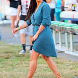 Sehr natürlich wirkt Kim hier im türkisen Kleid und setzt mit ihren Sommer-Stilettos einen schönen Farbakzent.