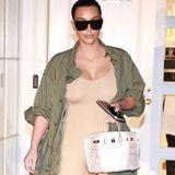 Ihre Kurven versteckt sie nicht: In einem fleischfarbenen Body, der höchstwahrscheinlich von ihrem Ehemann Kanye West designt wurde, kommt Kim Kardashian gerade vom Arzt. Den skurrilen Look vollenden die durchsichtigen Plastik-High-Heels.