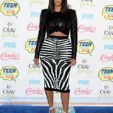 """Den Dreh hat sie raus: Auf den """"Teen Choice Awards 2014"""" trägt Kim den heißgeliebten Bauchfrei-Trend mit Lederoberteil und Zebra-Rock und zeigt dabei gekonnt nur einen kleinen Spalt vom Bauch."""