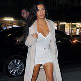 Niemals würde Kim Kardashian ungestylt auf die Straße gehen. Da macht sie für Dates mit ihrem Ehemann natürlich auch keine Ausnahme. Ihre So-begeistere-ich-Kanye-Outfit-Formel ist dabei ganz einfach: Supertiefes Dekolleté + superkurze Shorts = superheißer Dinner-Look.