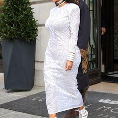 Für den femininen, eleganten Stil liebt Kim Kardashian das Label Balmain und entscheidet sich passend zur Balmain Show auf der Pariser Fashion Week für ein langes Musterkleid sowie Schnür-Stilettos des Hauses.