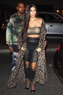 Sexy oder schlimm? Kim Kardashians löchrige Lederhose und Bandeau-Top zum Fake-Pelzmantel sind schon eine eigenwillige Kombination.