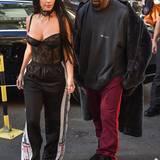 Oben sexy, unten sportlich: Schwarze Spitzen-Dessouis komnbiniert Kim Kardashian einfach mit weiter Jogginghose.
