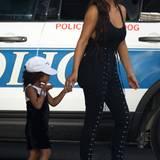 Mutter und Tochter im Partnerlook: Kim Kardashian trägt zu einer schwarzen geschnürten Hose ein schlichtes dunkles Top. Tochter North West ist passend zur Mama auch in schwarz gekleidet. Unter dem knappen Kleidchen trägt die Dreijährige ausnahmsweise ein Top. Ob die Kritik an dem freizügigen Kleidungsstil der Kleinen gewirkt hat?