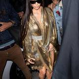 Bei der After-Show-Party von Balmain selbst glitzert Kim lasziv in diesem sexy Gold-Outfit.