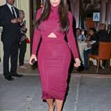 Im Cut-Out-Style präsentiert sich Kim Kardashian auf einem Hollywood-Event im weinroten Abendkleid.