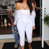 Kim Kardashian zeigt immer wieder gerne was sie hat. Auch mit diesem schneeweißen Korsett-Leggings-Gespann fällt sie auf, ob postiv bleibt die Frage.