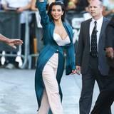 Das kann nur sie tragen: In einem extravaganten Outfit erscheint Kim in der Show von US-Comedian Jimmy Kimmel. Mit ihrer weißen Korsage, der rosa-farbenen, weiten Hose und dem türkisen Mantel sorgt sie für skandalöse Schlagzeilen.