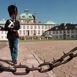 """Schloss Fredensborg, das rund 40 Kilometer von ihrer Hauptstadt-Residenz Amalienborg entfernt liegt, nutzt Königin Margrethe jeweils mehrere Monate im Jahr und auch an den Wochenenden. Prinz Frederik und Ehefrau Mary bewohnen im Sommer auf dem Schlossgelände das """"Kancellihuset"""" (""""Kanzleihaus"""")."""