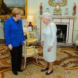 """Auch Kanzlerin Angela Merkel wird nicht im privaten Wohnzimmer der Queen zu einer Tasse Tee gebeten. Dafür bietet der """"Buckingham Palace"""" genügend andere, repräsentative Räume.  Ob sich die Bundeskanzlerin ein wenig umgeschaut hat? Denn es gibt viel zu entdecken!"""