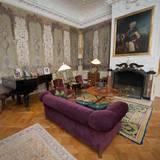 Im privaten Wohnzimmer von Königin Margrethe auf Schloss Fredensborg steht der Flügel von Prinz Henrik. Darauf drapiert sind diverse Fotos. Zu sehen ist dort ein Bild des japanischen Kronprinzen- und Kaiserpaares.