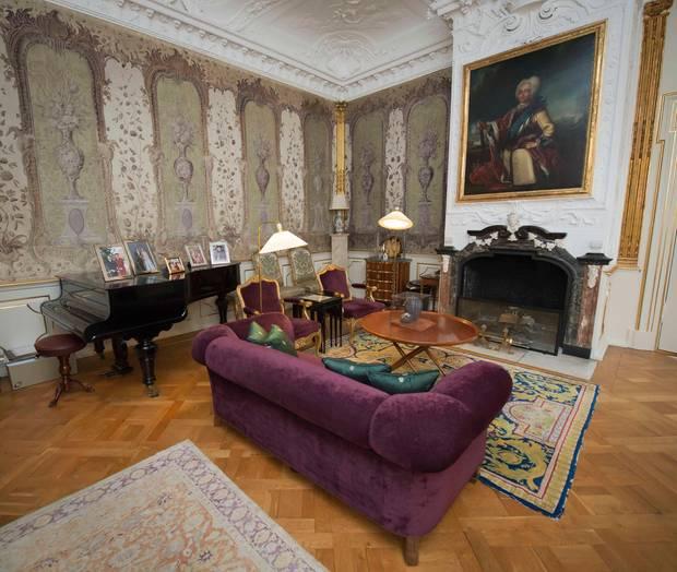 Royals heimlicher blick hinter die palastmauern s 54 for Wohnzimmer queen