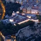 Die Residenz von Fürst Albert und Fürstin Charlène thront auf einem Felsen hoch über der Stadt. Und obwohl die Hauptstadt des Zwergstaates dicht besiedelt ist, ist um den Palast herum ein bisschen Grün zu erkennen.