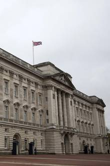 """Der """"Buckingham Palace"""" ist so etwas wie das Hauptquartier der Familienfirma der Windsors. Er dient seit 1837 den britischen Monarchen als Amtssitz und wird für Empfänge, Audienzen, Investituren und Staatsbankette genutzt. Laut Webseite des britischen Königshauses verfügt der Palast über 775 Räume. Teile des """"Buckingham Palace"""", darunter auch die Gallerie und die sogenannten """"State rooms"""", können mehrere Monate im Jahr besichtigt werden. Immer dann nämlich, wenn die Queen eine ihrer anderen Residenzen bewohnt."""
