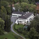 Östlich von Oslo, in der Gemeinde Asker, liegt der Gutshof Skaugum, auf dem Prinz Haakon und seine Familie wohnen. König Olav, Haakons Großvater, lebte hier bis 1968. Er machte Skaugum zu seinem Hochzeitsgeschenk an Sohn Harald (Haakons Vater), der das Gut bis 2001 bewohnte. Zwei Jahre später zogen Haakon und seine Frau Mette-Marit ein.