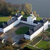 Schloss Gråsten ist das barocke Sommerschloss der dänischen Royals in der Nähe von Sønderborg, auf dem auch einmal im Jahr das große sommerliche Fotoshooting stattfindet. Erbaut wurde es Anfang des 17. Jahrhunderts.