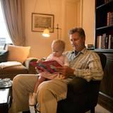 Der damalige Kronprinz Philippe ließ sich 2003 in seiner Wohnung in Schloss Laeken mit seiner kleinen Tochter Elisabeth fotografieren. In einem gemütlichen Sessel schauen sie sich gemeinsam ein Buch an.