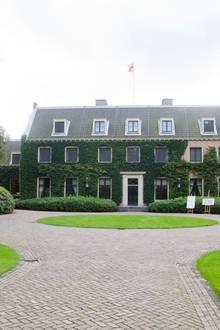 Die Villa Eikenhorst in Wassenaar ist die Wohnresidedenz von König Willem-Alexander und seiner Familie. Prinzessin Christina, die Tante von Willem-Alexander, ließ das mitten im Grünen gelegene Anwesen im Stil Bauernhauses aus dem 17. Jahrhundert erbauen.