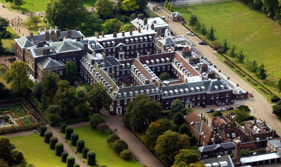 """Der """"Kensington Palace"""" liegt, wie """"Buckingham Palace"""" in London. Der Gebäudekomplex aus dem 17. Jahrhundert ist der Arbeits- und Wohnsitz von verschiedenen Mitgliedern der britischen Königsfamilie. Prinz William und seine Familie haben hier ein Appartment, das aufwendig renoviert und restauriert wurde. Prinz Harry hat ebenfalls Räume im """"Kensington Palace""""."""