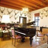 Im Jagdsalon befindet sich ein Flügel (Prinz Henrik ist begeisterter Pianist), aber vor allem schweben über allem Geweihe als Jagdtrophäen.