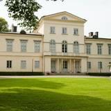 """Schloss Haga, seit 2010 Wohnsitz von Prinzessin Victoria und ihrer Familie, wurde Anfang des 19. Jahrhunderts erbaut. König Carl Gustav und seine Schwestern wuden alle auf Schloss Haga geboren, weshalb die vier Prinzessinnen auch """"Haga-Prinzessinnen"""" genannt wurden."""