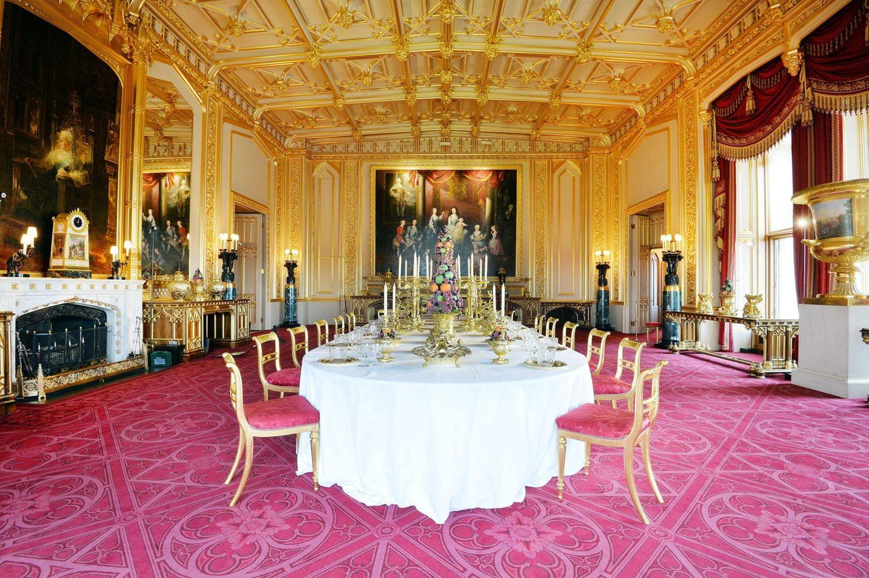 """Wenn die Queen Gäste empfängt, dann wird hier getafelt: Der """"State Dining Room"""" zeigt aber auch wechselnde Ausstellungen, so dass die Besucher zum Beispiel das königliche Silber einmal ganz nah sehen können."""