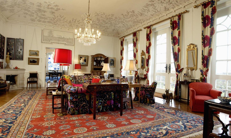 Der Gartensalon von Schloss Marselisborg zeigt, dass Königin Margrethe es gerne bunt mag - bei den Sofas genauso wie bei den Lampen und Gardinen.