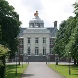 """""""Huis ten Bosch"""", eines der Schlösser der niederländischen Königsfamilie, liegt nordöstlich von Den Haag und ist von einem großen Park umgeben. Bis 2014 war es der Wohnsitz von Königin Beatrix. Nach ihrer Abdankung zog sie allerdings ins Schloss Drankensteyn. König Willem-Alexander und Königin Máxima nutzen Huis ten Bosch für Repräsentaionszwecke und als Gästehaus. Ihr Wohnsitz ist nach wie vor die Villa Eikenhorst in Wassenaar."""