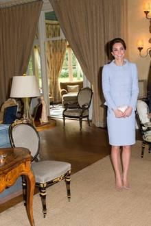 Herzogin Catherine wurde zum Mittagessen in Eikenhorst empfangen. Und wie man sieht, ist der große Raum, in dem sie mit Willem-Alexander für ein Foto posiert, vor allem mit älteren Möbeln und recht traditionell eingerichtet.