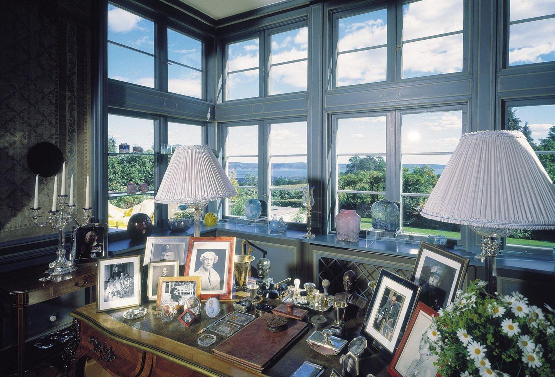 Das Arbeitszimmer von Skaugum bietet einen wunderschönen Blick. Den Schreibtisch zieren jede Menge Erinnerungsfotos.