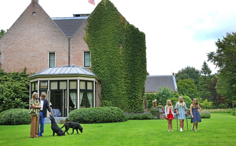 Einmal im Jahr bekommt die Presse Zugang zum Garten der Villa - beim sommerlichen Fototermin. Dann toben die drei Töchter des Königspaares gerne mal mit dem royalen Hund ausgelassen über die weitläufigen Rasenflächen.